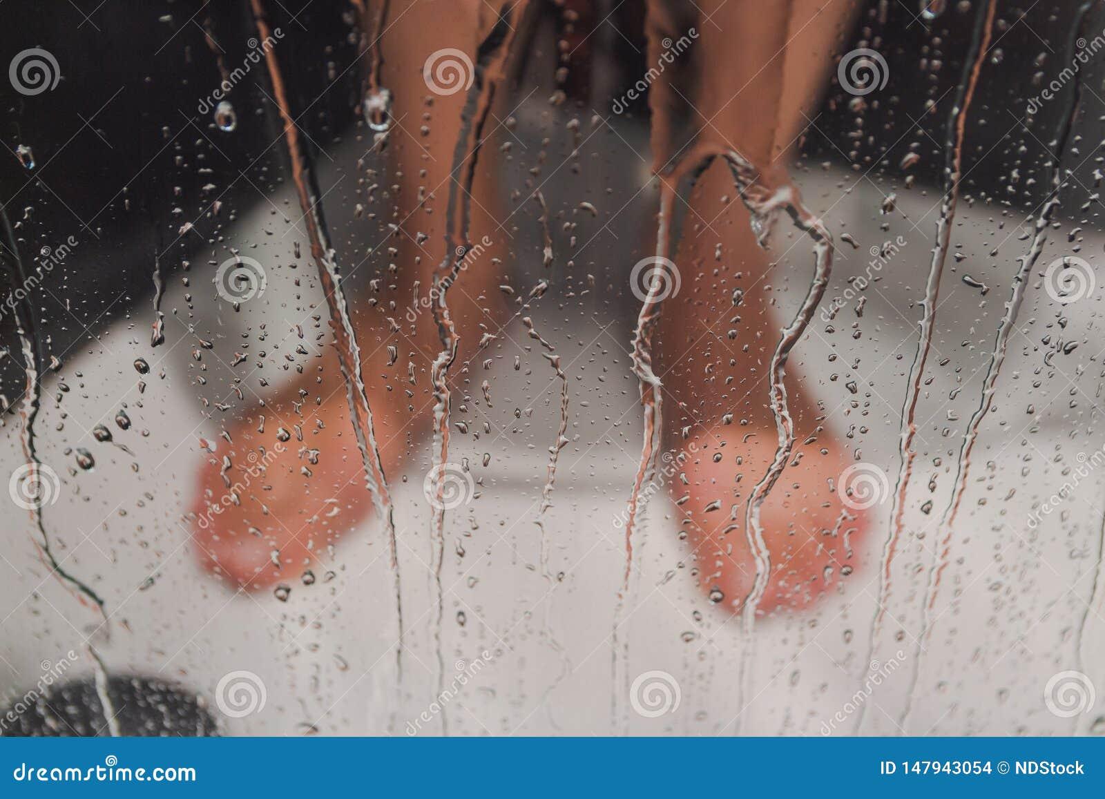 在阵雨的男性脚
