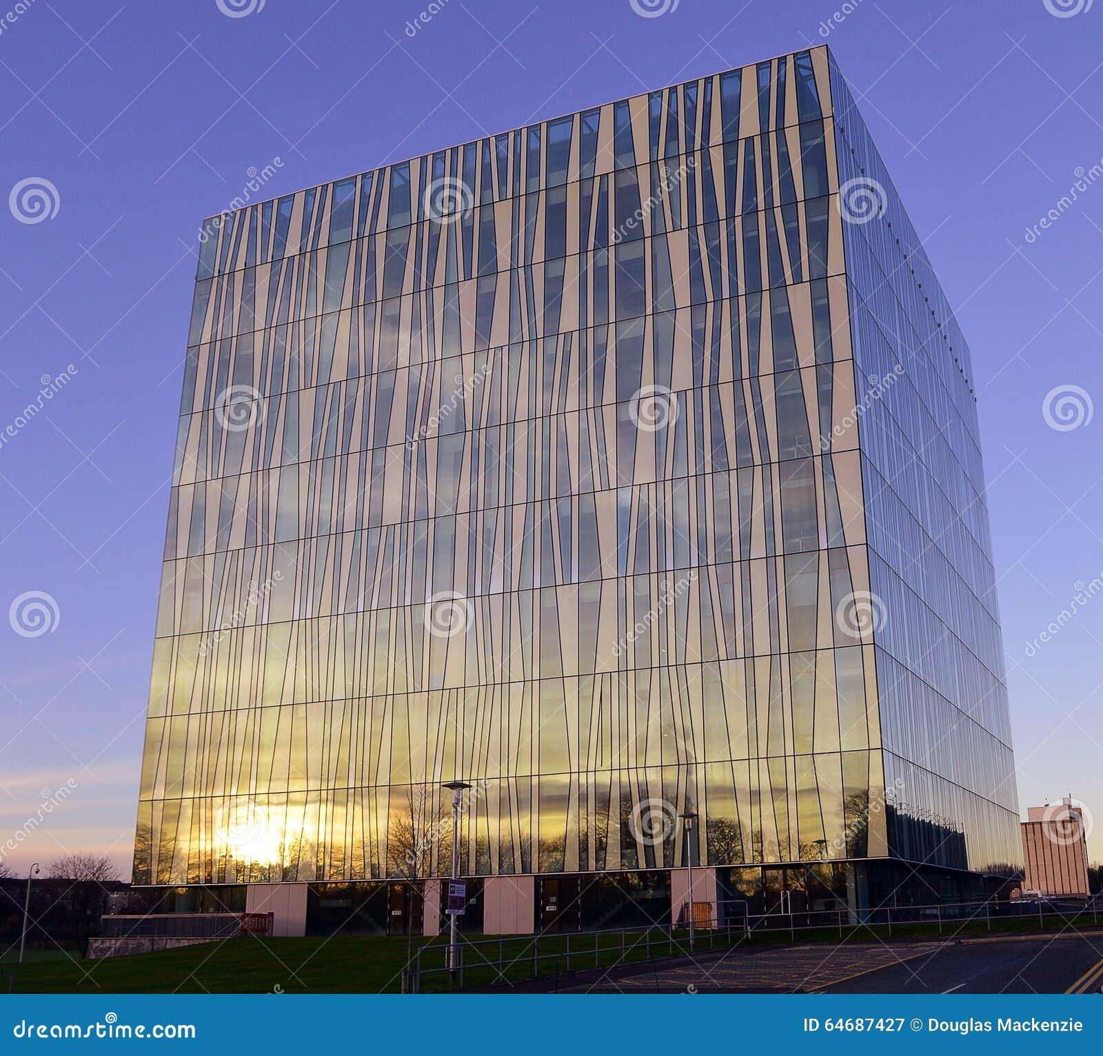 在阿伯丁大学新的图书馆,苏格兰的冬天太阳