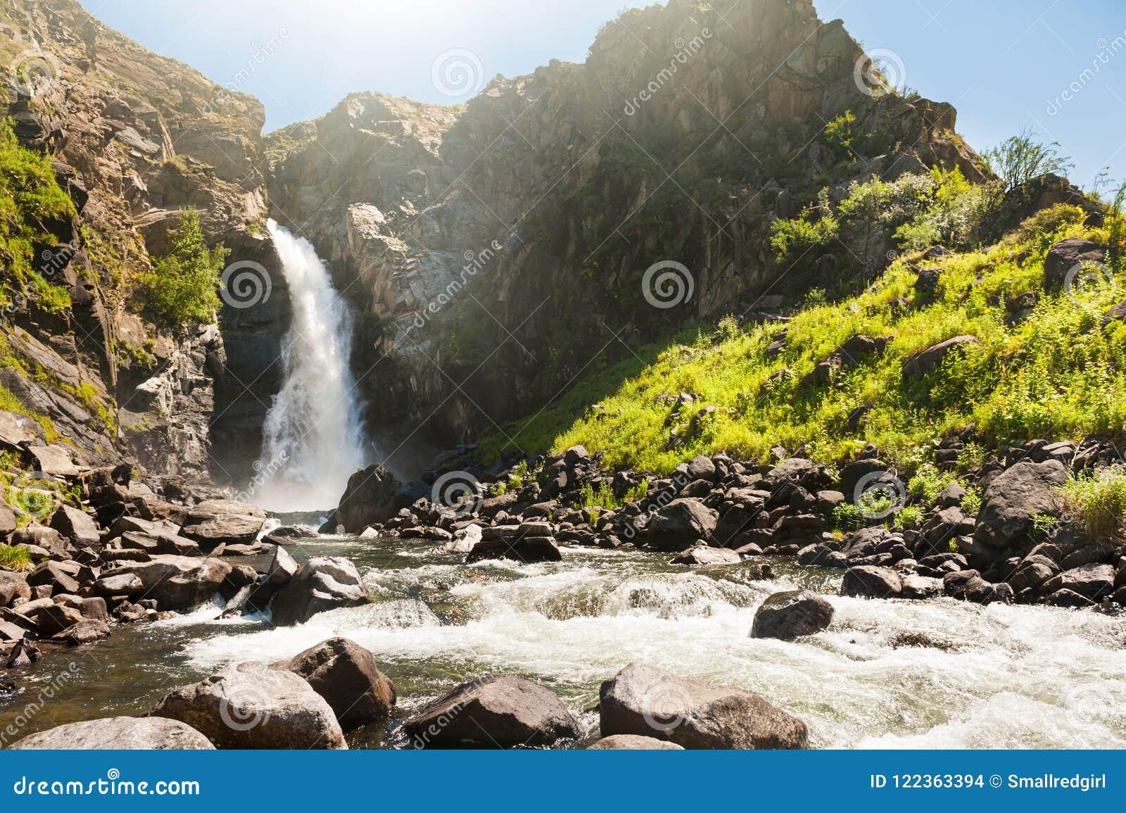 在阿尔泰山的美丽的瀑布,西伯利亚,俄罗斯