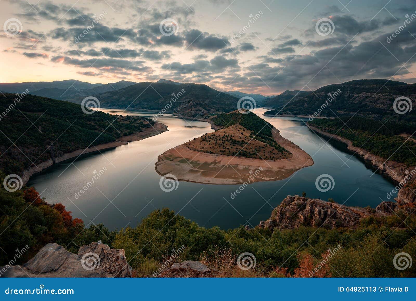 在阿尔达河,保加利亚的多云日落