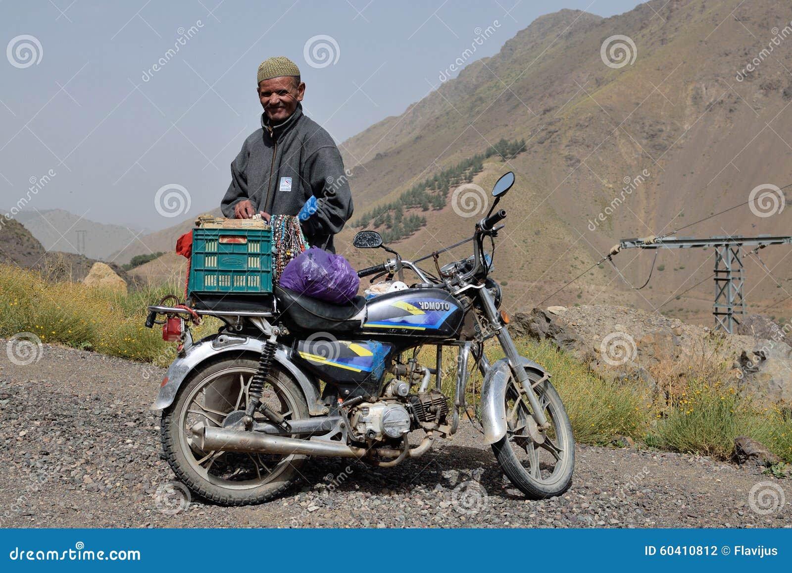 在阿特拉斯山脉供以人员商业纪念品在摩洛哥