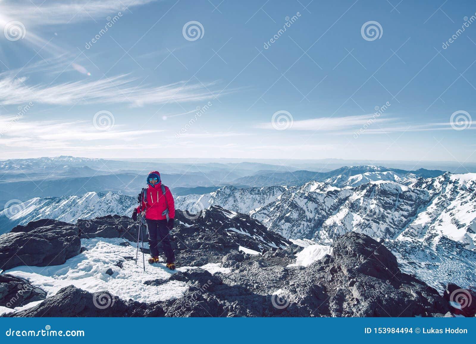 在阿特拉斯山脉风景的旅游女孩身分