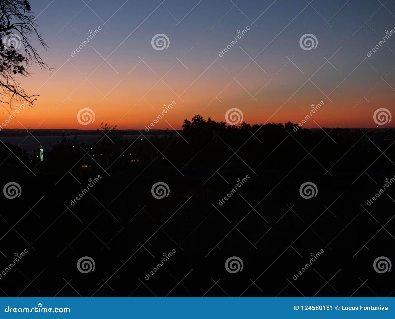 在阿雷格里港,南里奥格兰德州,巴西的日落