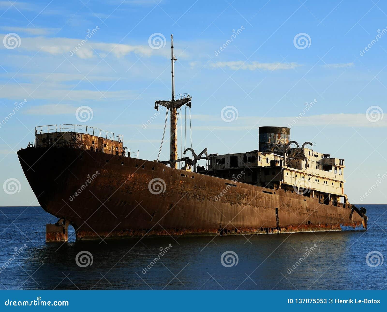 在阿雷西费海岸的被放弃的小船
