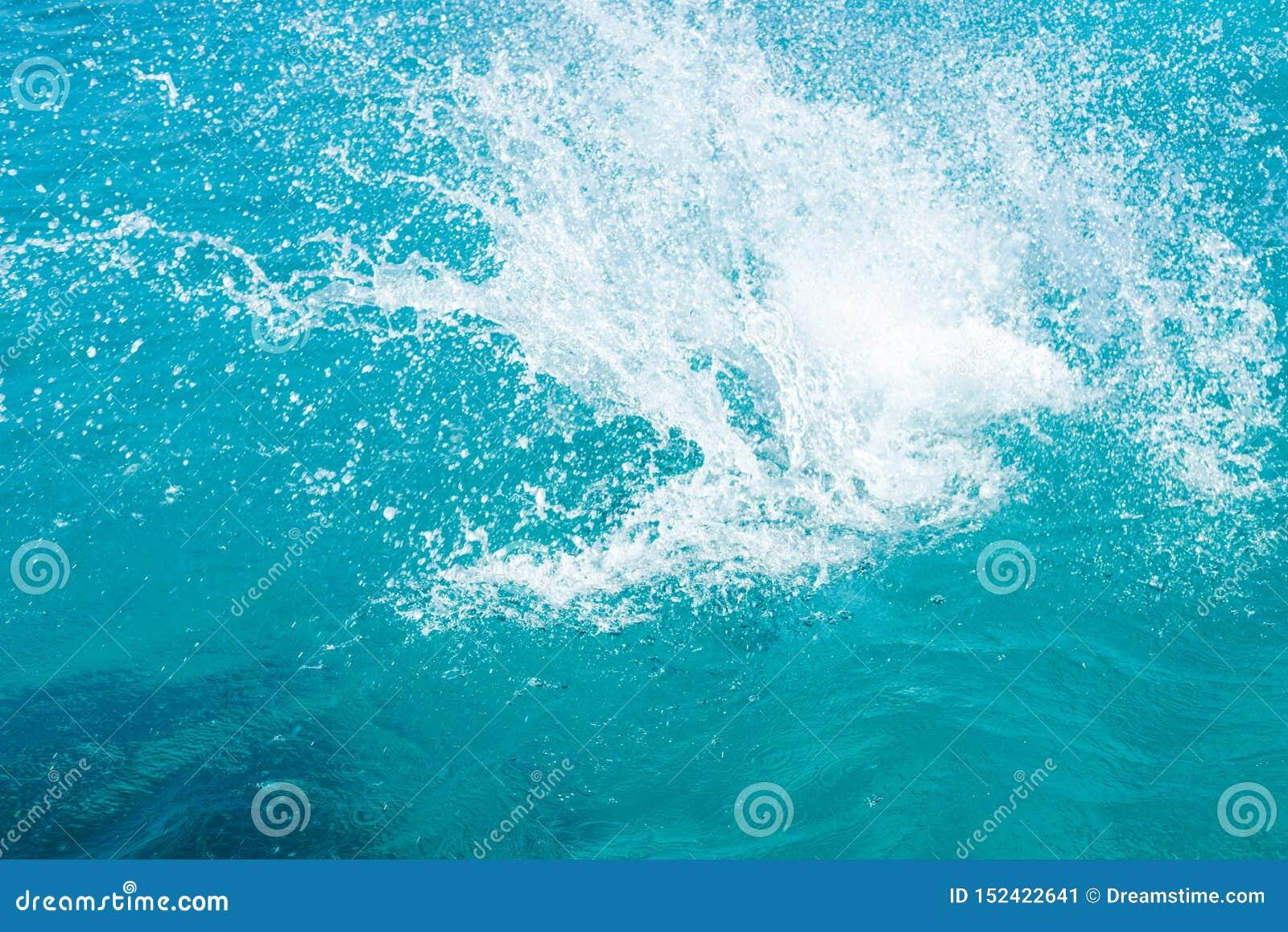 在陆间海的水飞溅,塞浦路斯,蓝色盐水湖