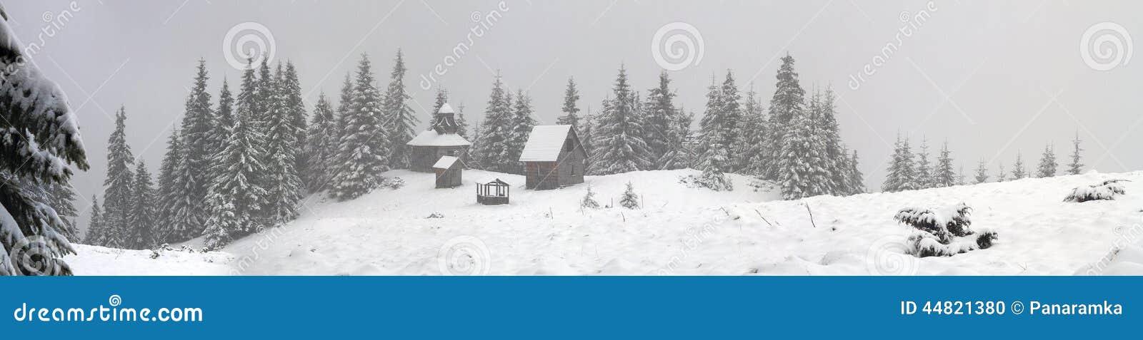 在降雪期间的偏僻的修道院