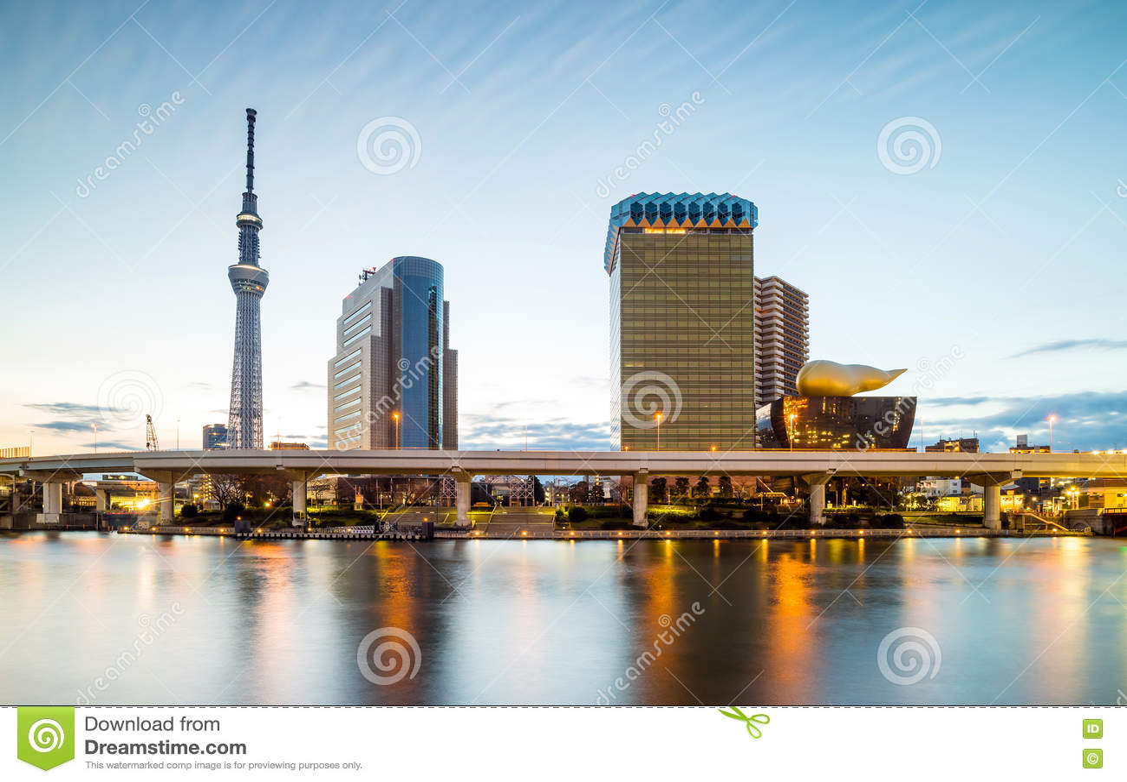 在隅田川的东京地平线