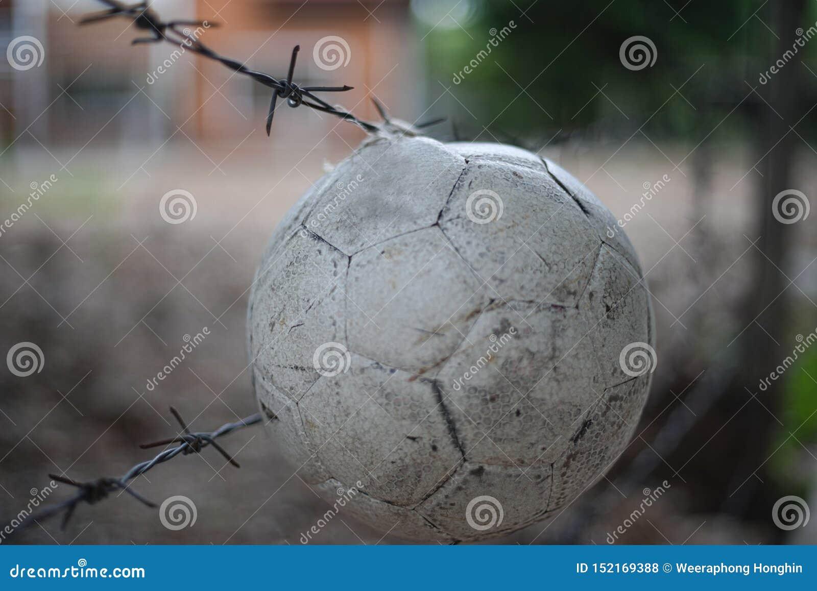 在障碍的球吊在摒弃地方前面