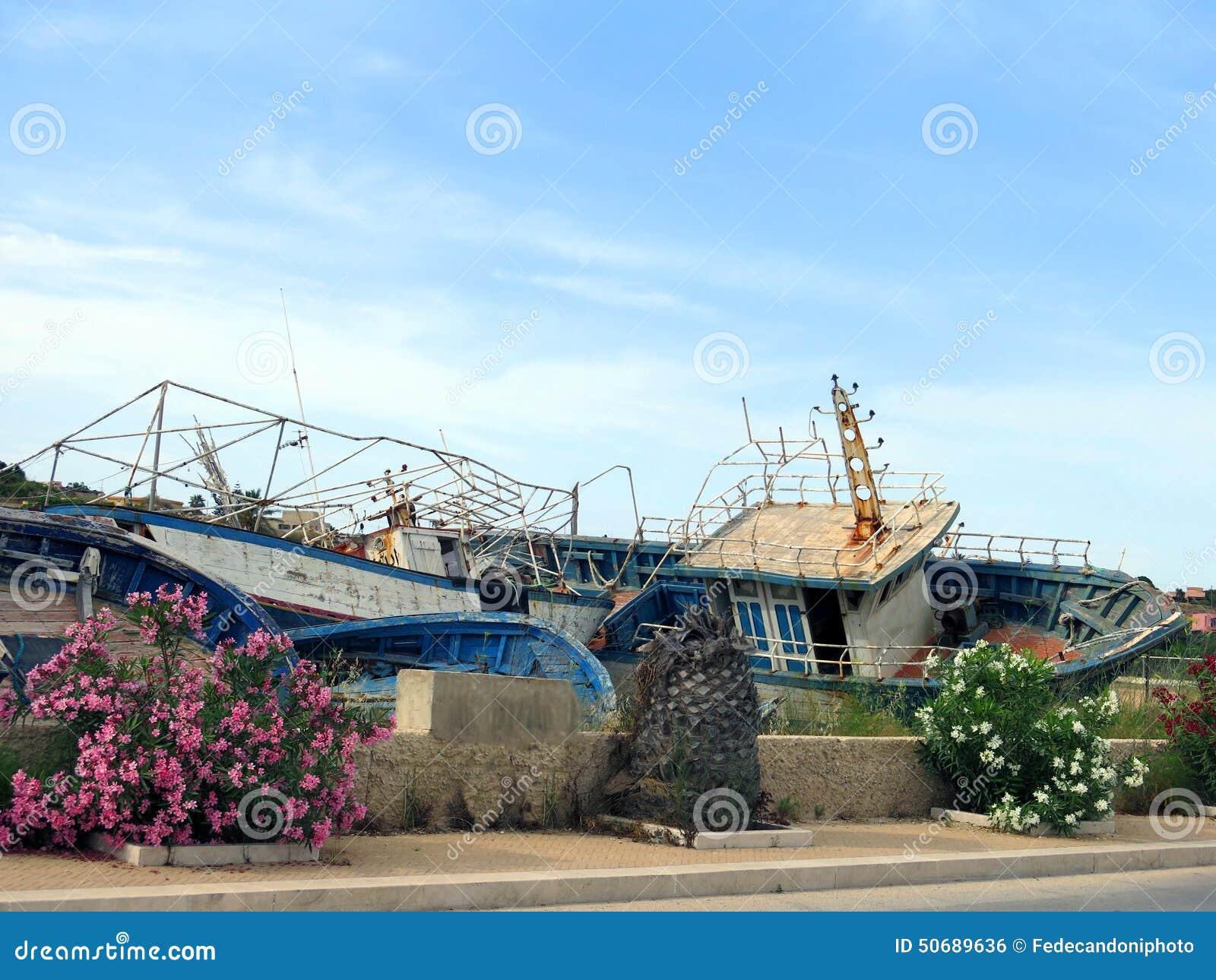 Download 在难民的登陆的以后残破的古老海难 库存照片. 图片 包括有 破擦声, 秘密, 意大利语, 海难, 破坏, 报废 - 50689636