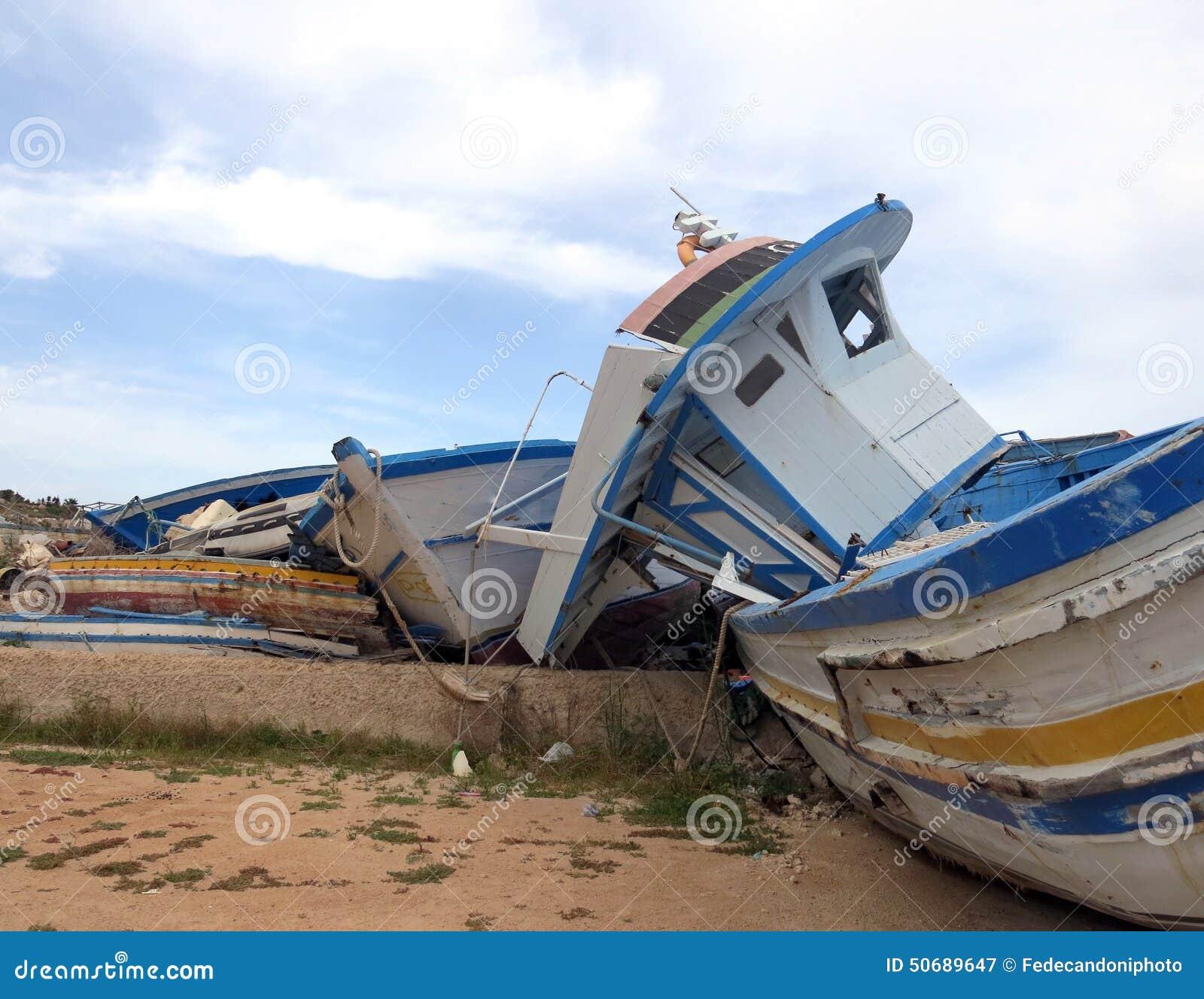 Download 在难民的登陆的以后残破的海难 库存图片. 图片 包括有 灾害, 遭难, 故障, 报废, 海难, 损坏, 移民 - 50689647
