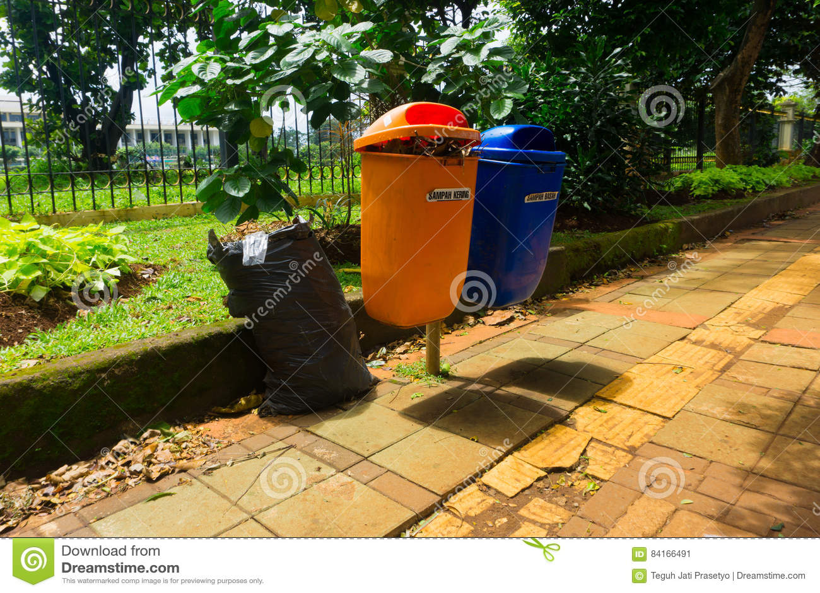 在雅加达拍的橙色和蓝色垃圾桶照片印度尼西亚