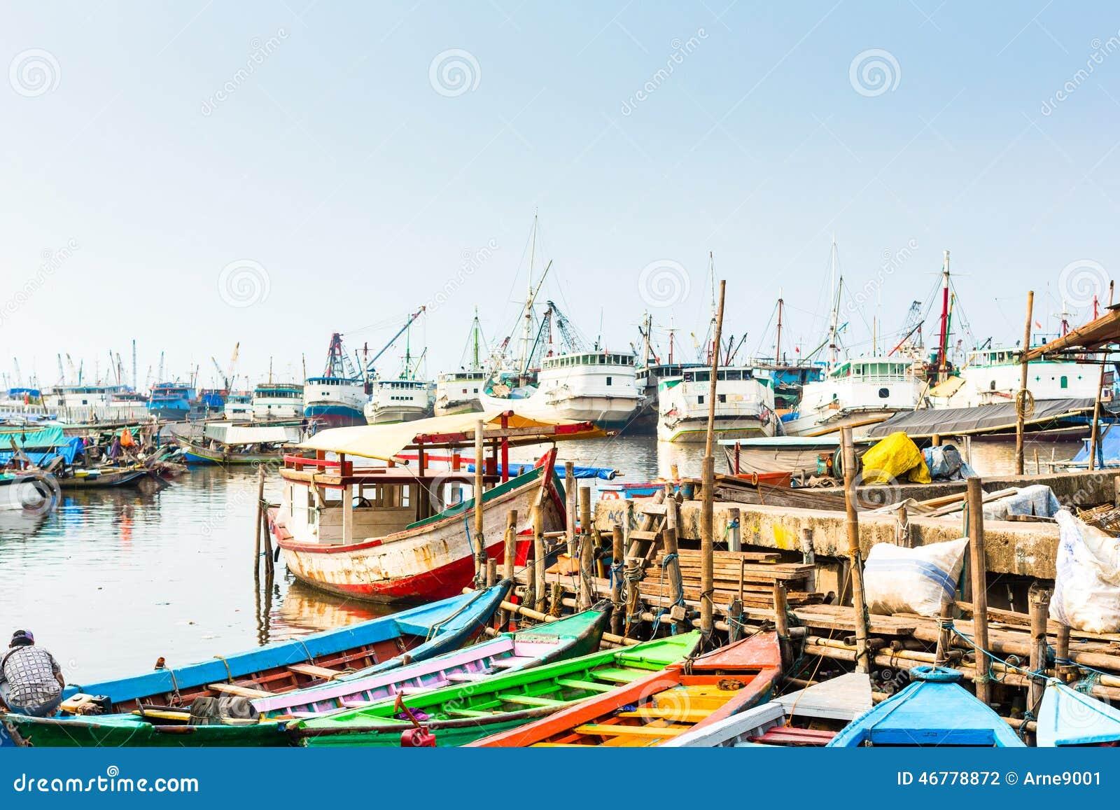 在雅加达,印度尼西亚怀有船和小船船坞