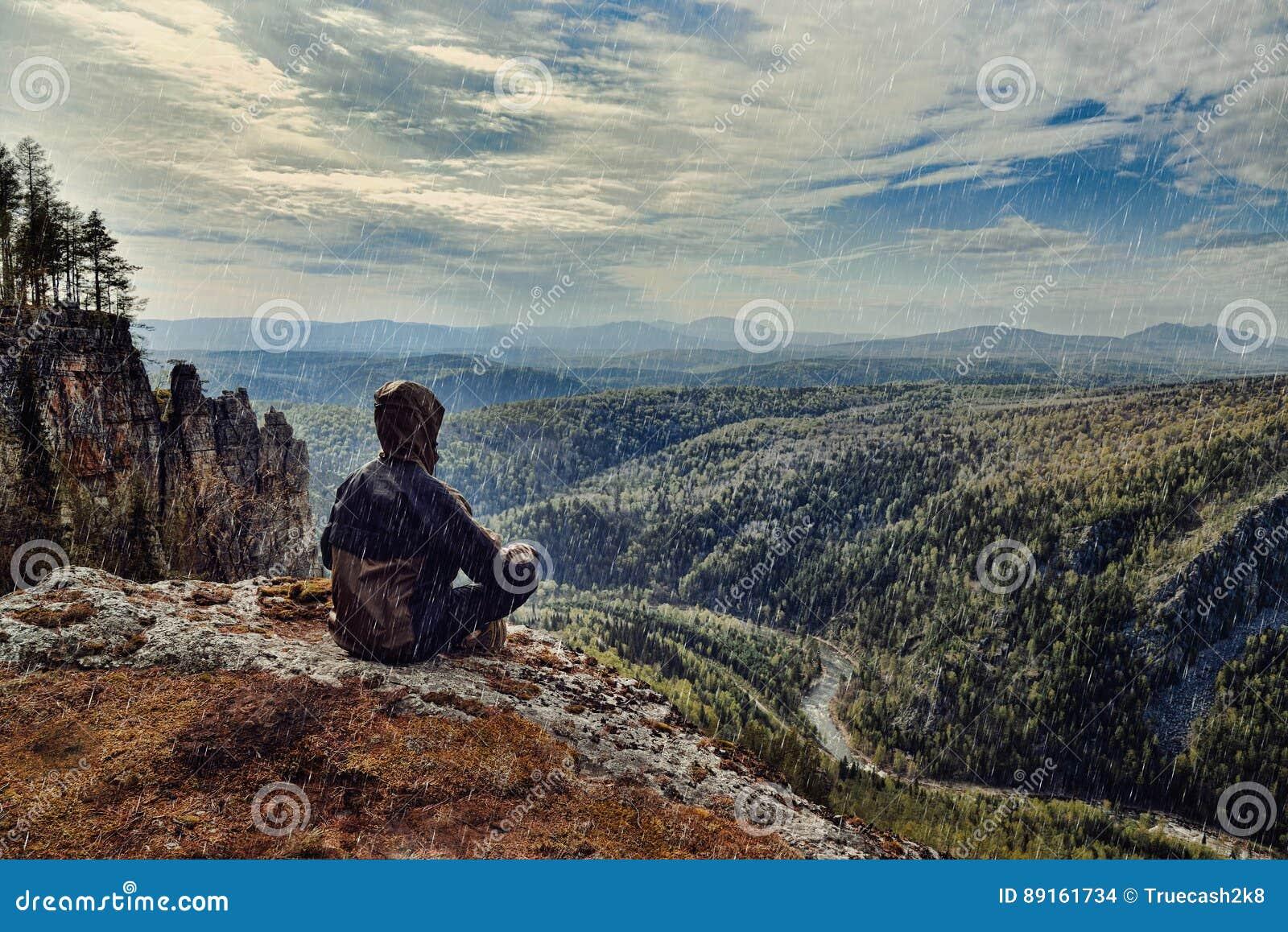 在雨天,它供以人员坐在山顶部的远足者是湿恶劣天气