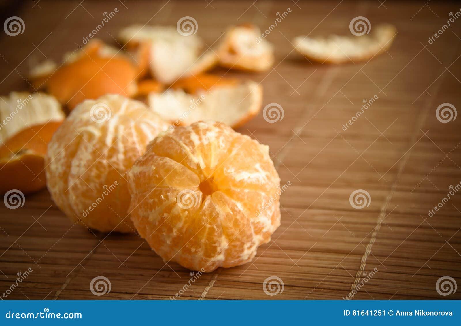 在雪在一张木桌上,新年,静物画的蜜桔