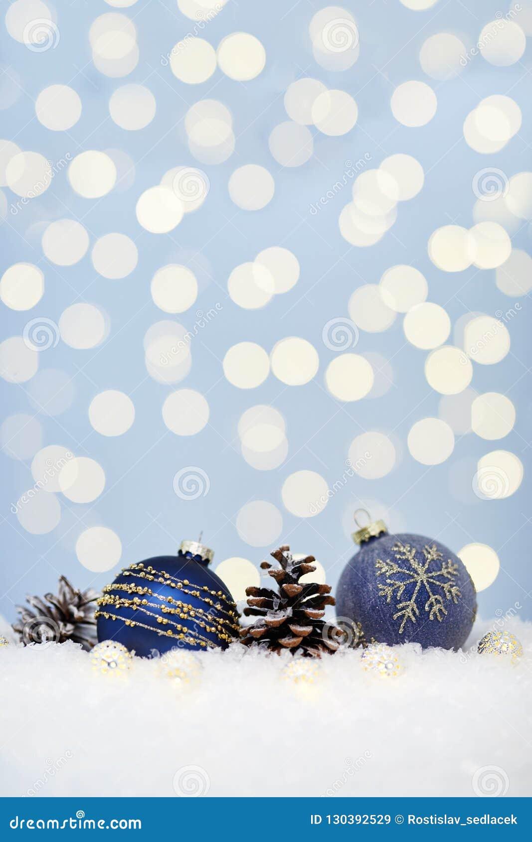 在雪的圣诞节蓝色球