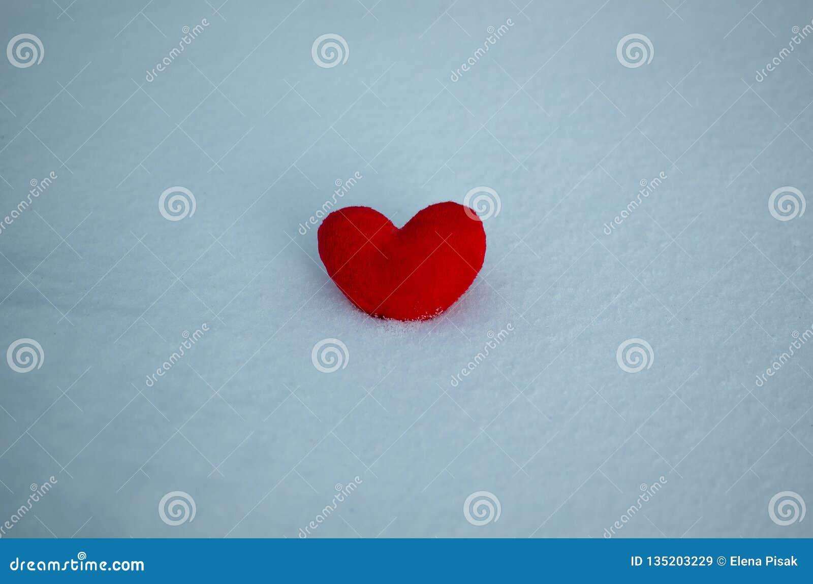 在雪的红色重点 背景情人节,文本的,爱心脏地方