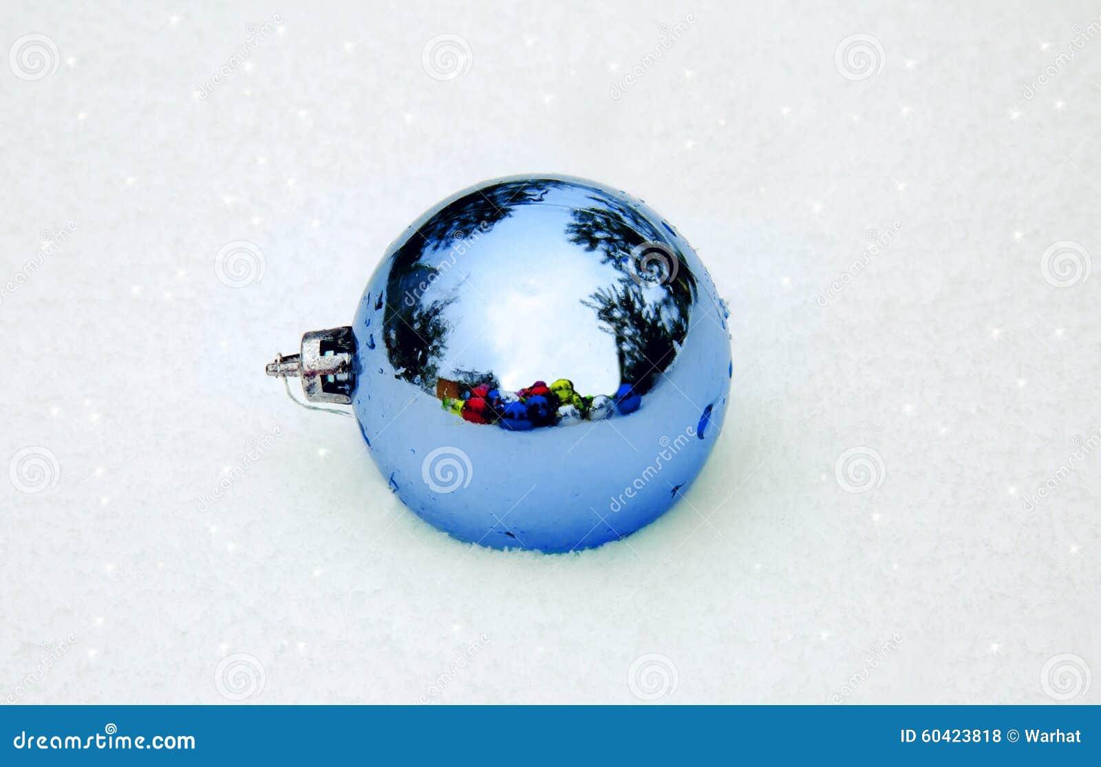 在雪的蓝色圣诞节装饰