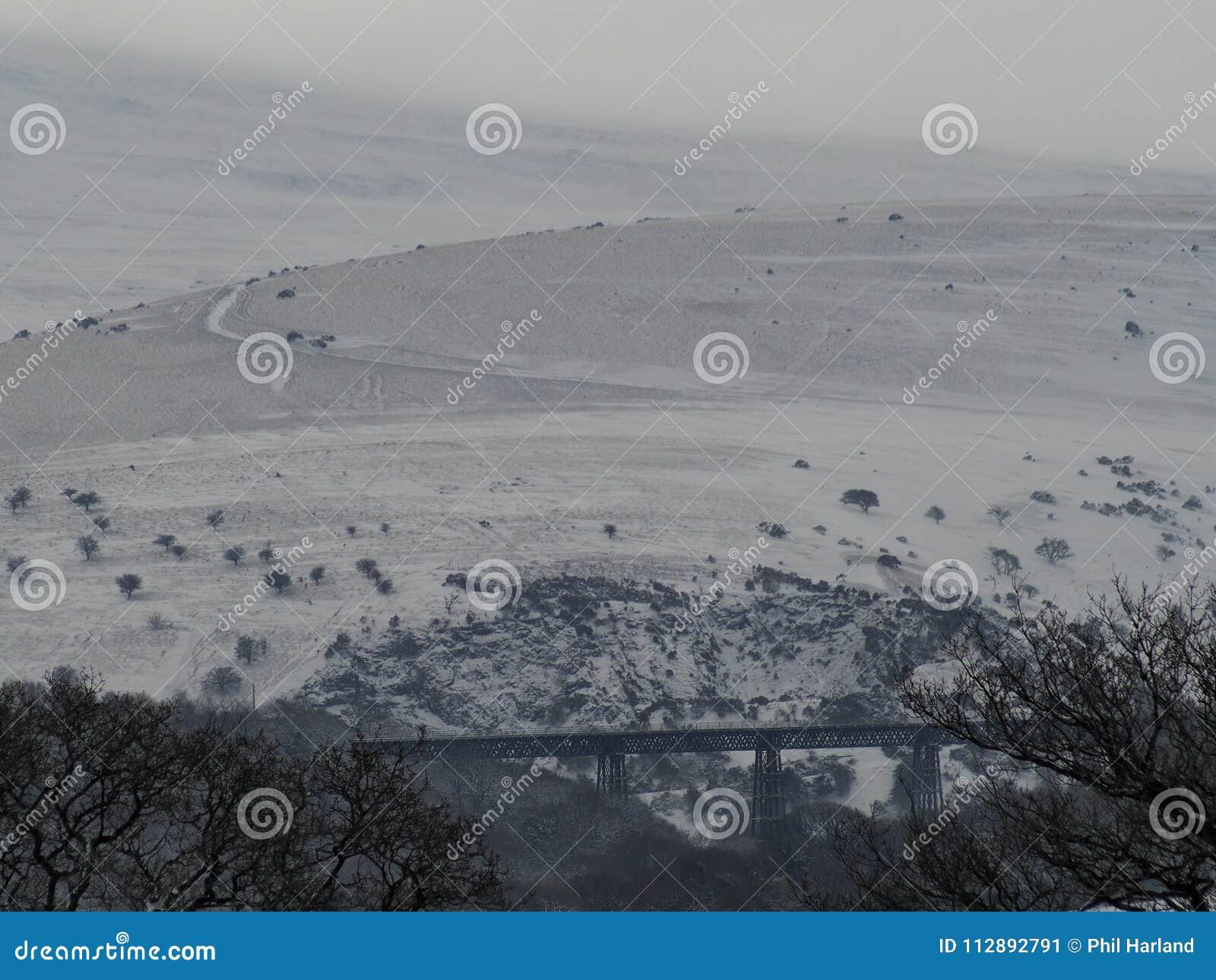 在雪的Meldon高架桥与Longstone小山在背景中, Dartmoor