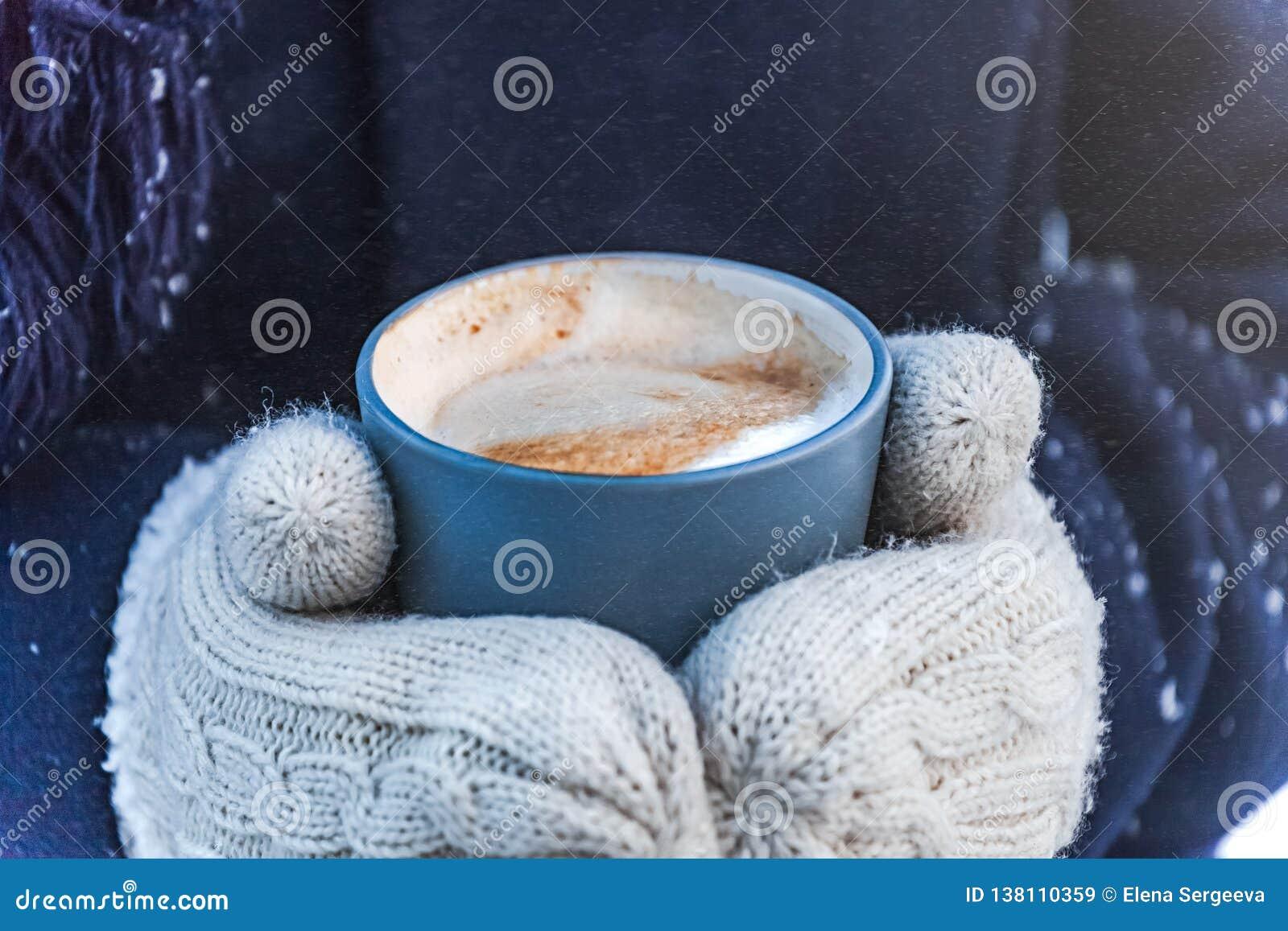 在雪街道的冬天咖啡