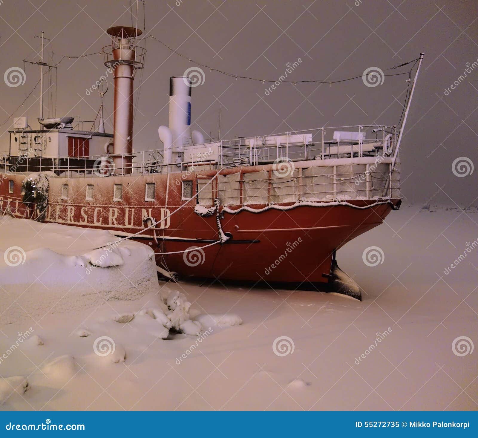 在雪风暴的灯塔船Relandersgrund在赫尔辛基,芬兰的中心