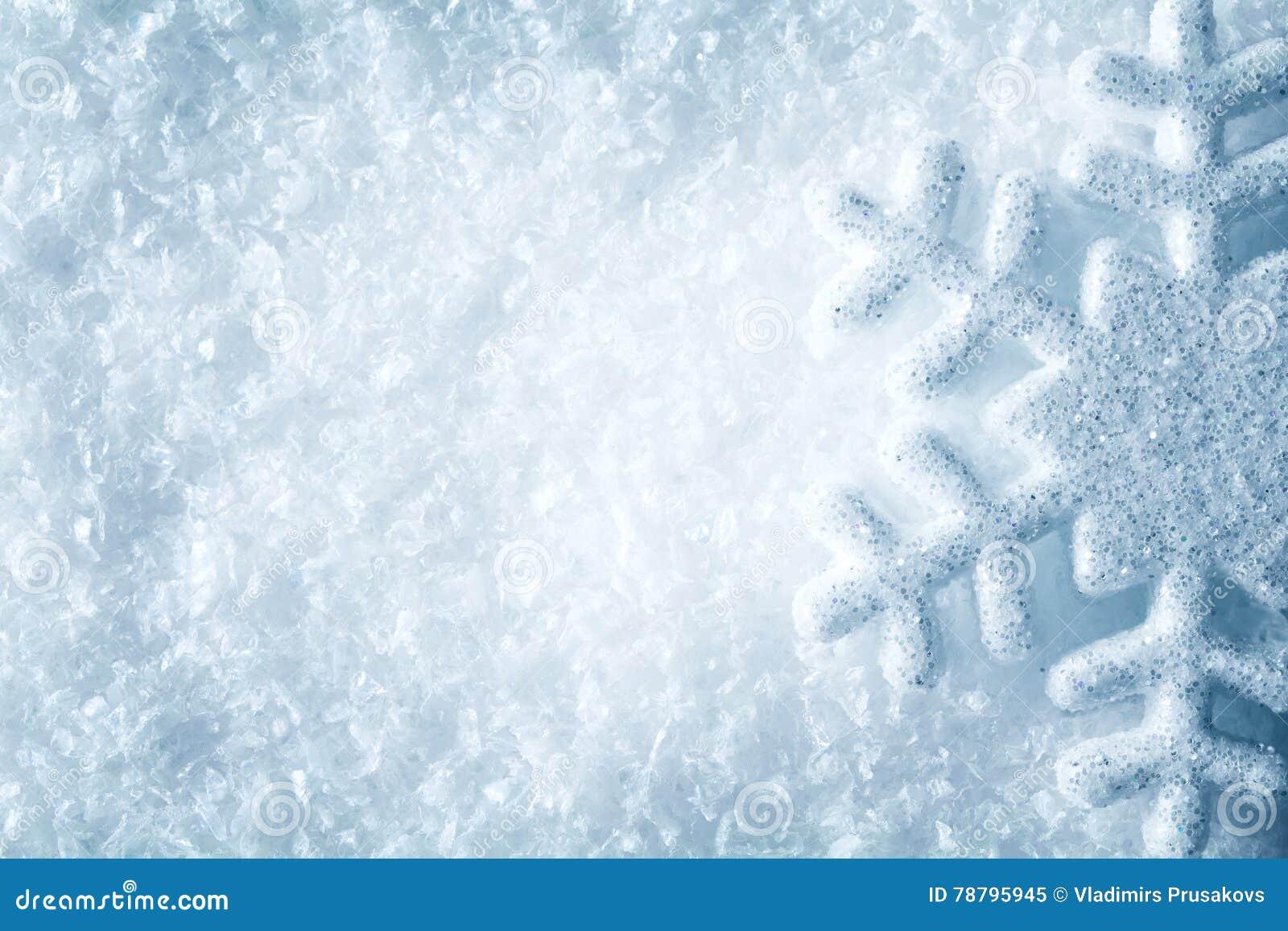 在雪,蓝色雪剥落水晶冬天背景的雪花