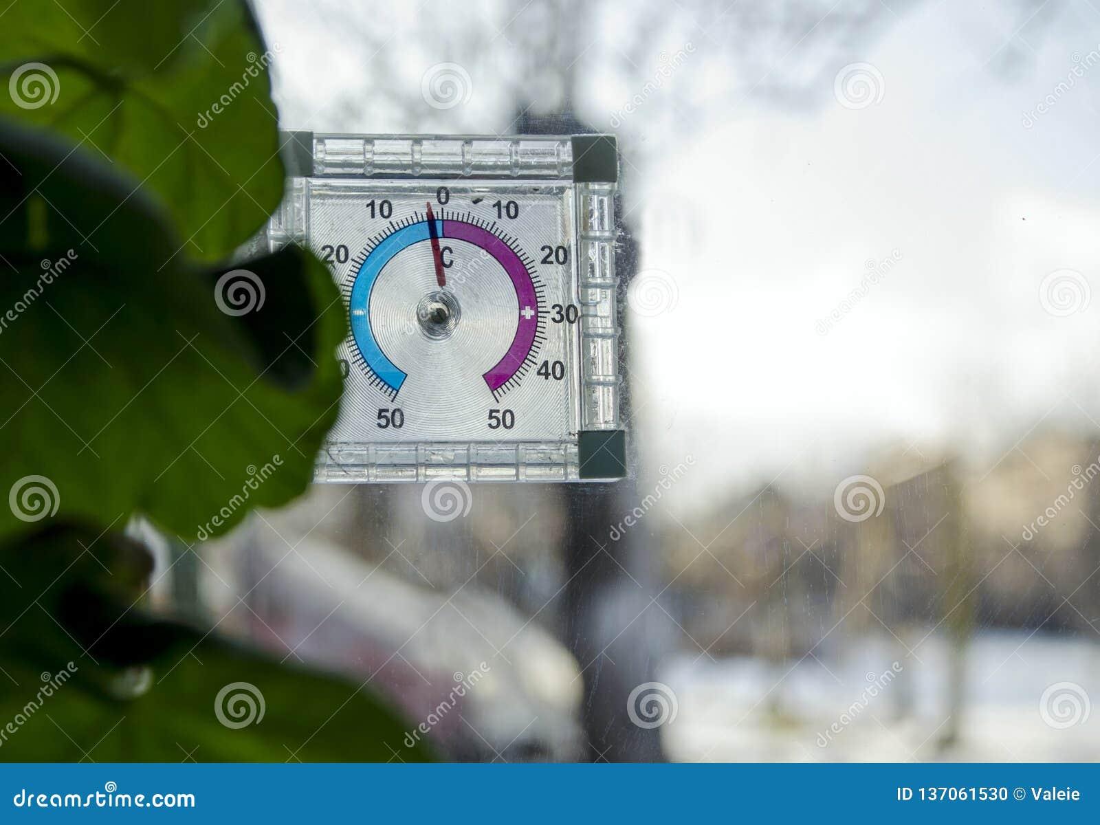 在零以下在模式温度计,温度计窗口外,在户外的小霜