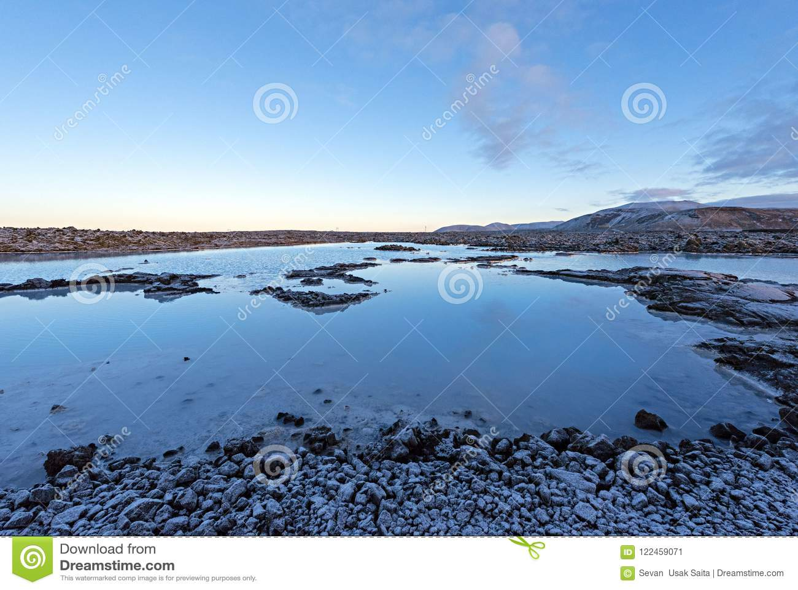 在雷克雅未克附近的著名蓝色盐水湖