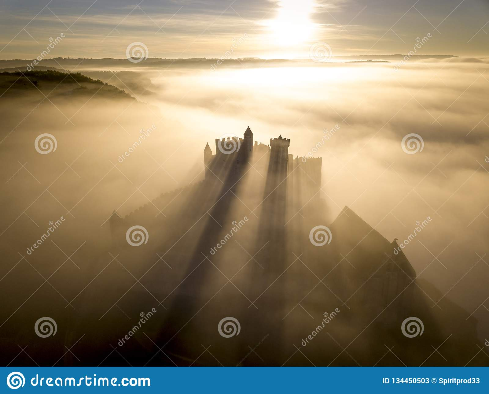 在雾的大别墅贝纳克在清早佩里戈尔努瓦尔多尔多涅省法国