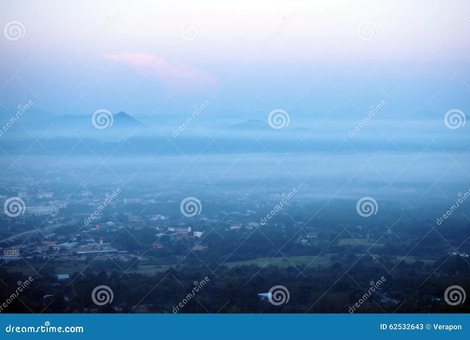 在雾盖的城市