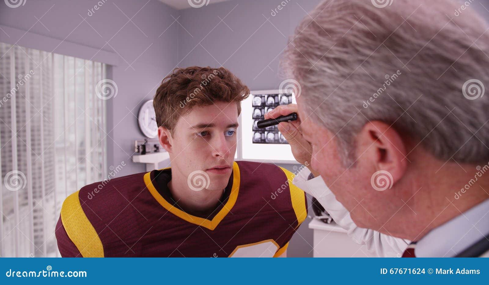 在震荡以后的中间年迈的医生审查的足球运动员