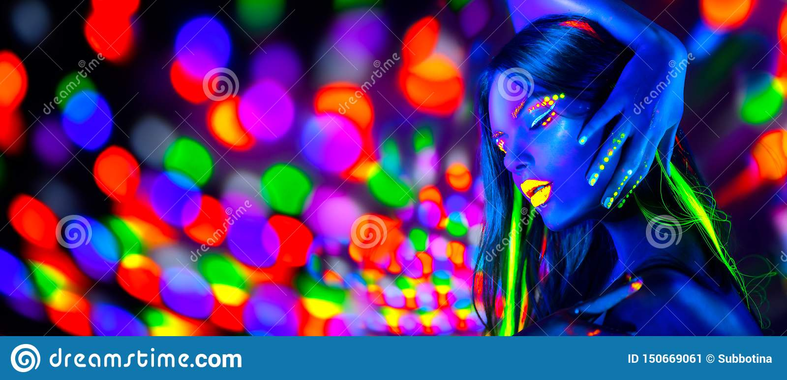 在霓虹灯的性感女孩跳舞 有摆在紫外的萤光构成的时装模特儿妇女