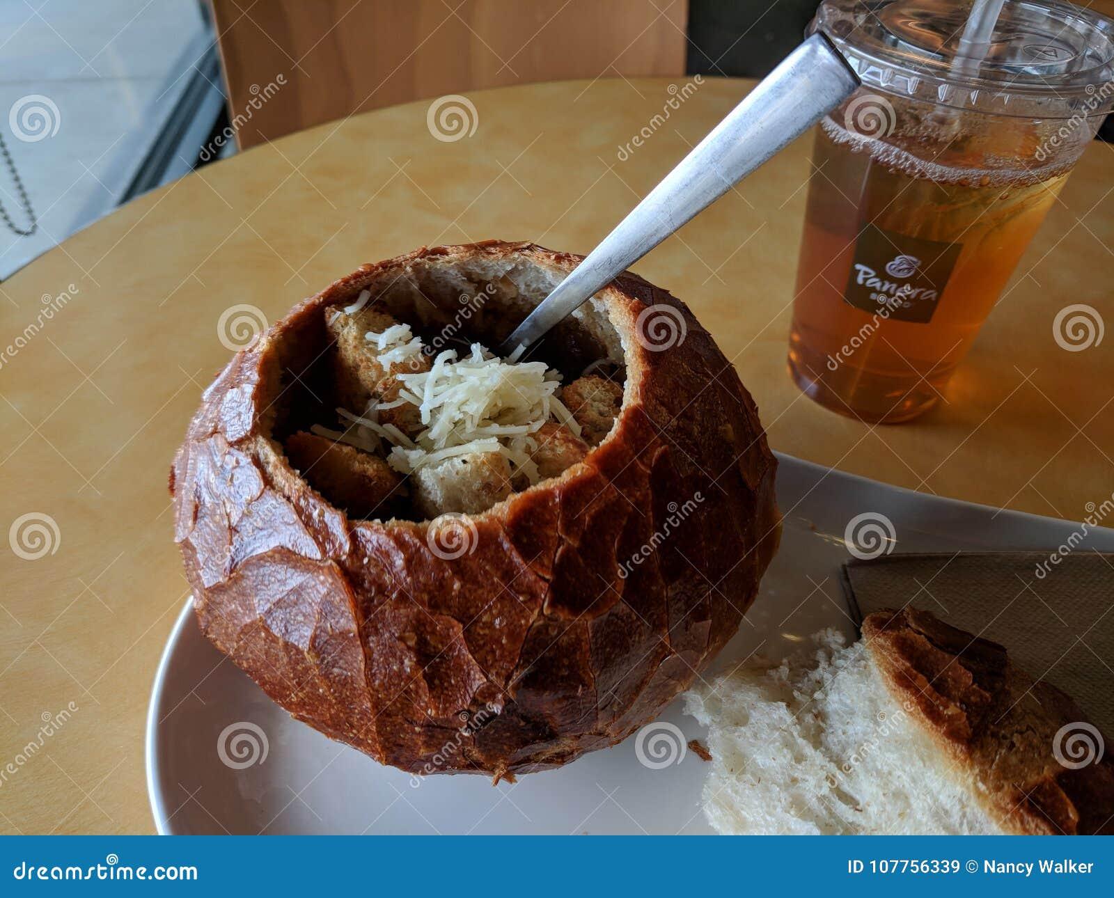 在面包碗的法国葱汤