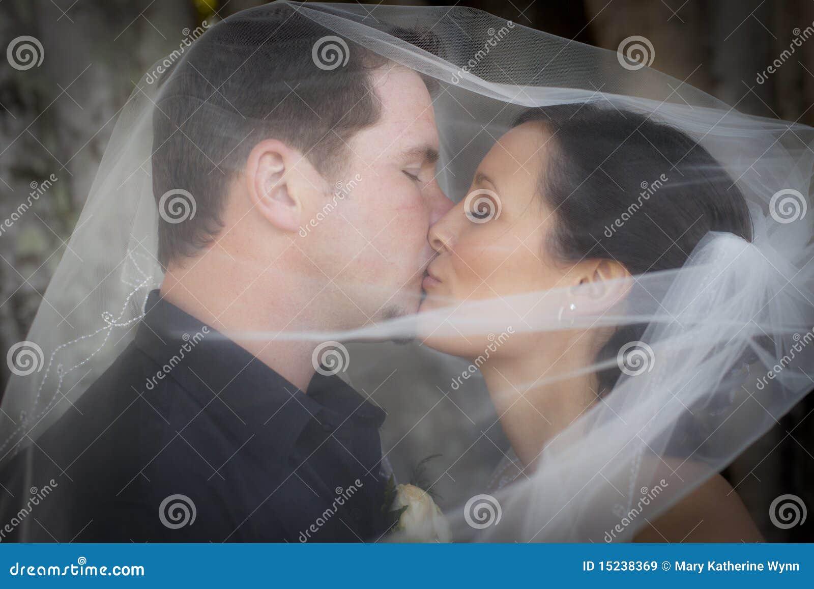 在面纱婚礼之下的亲吻