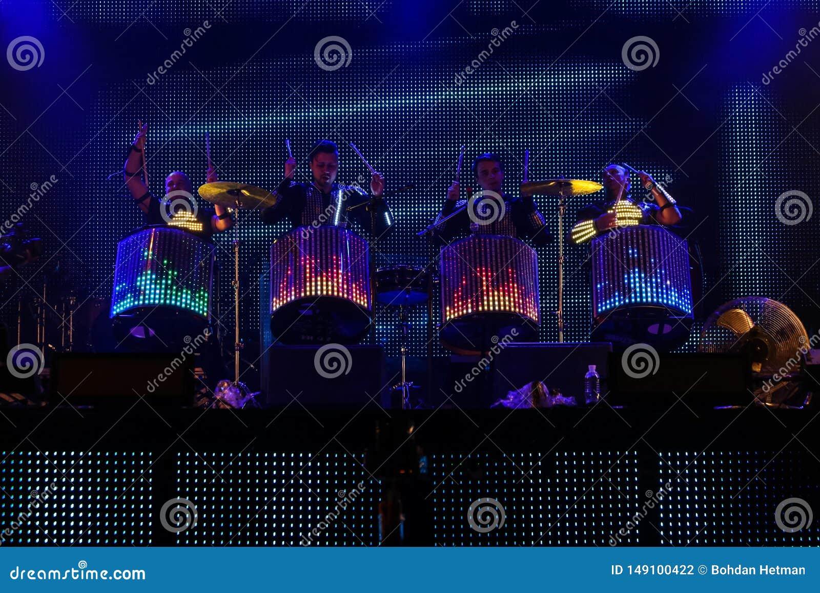在音乐会期间的鼓手展示
