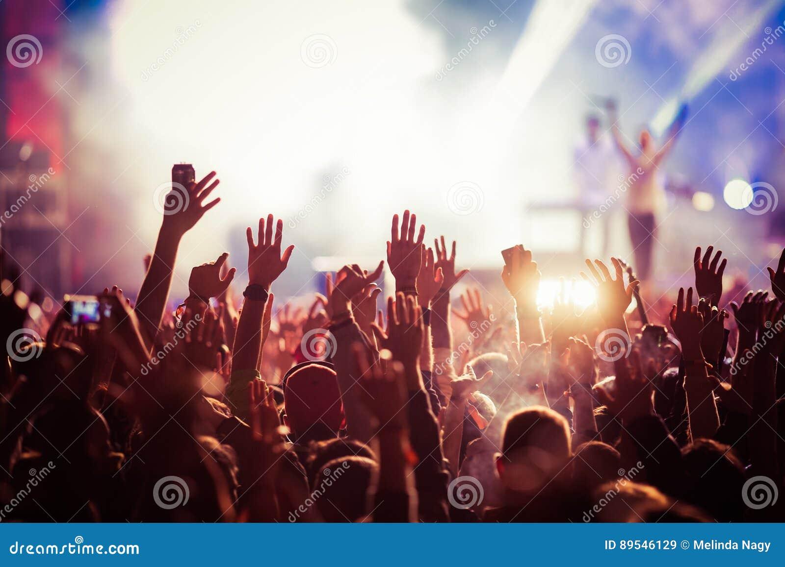 在音乐会-夏天音乐节的人群