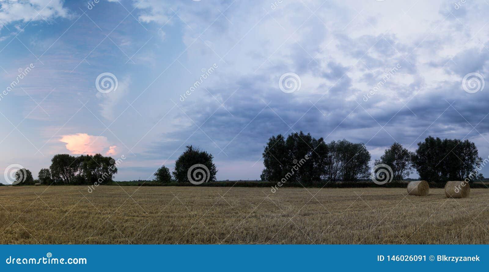 在领域的五颜六色的云彩