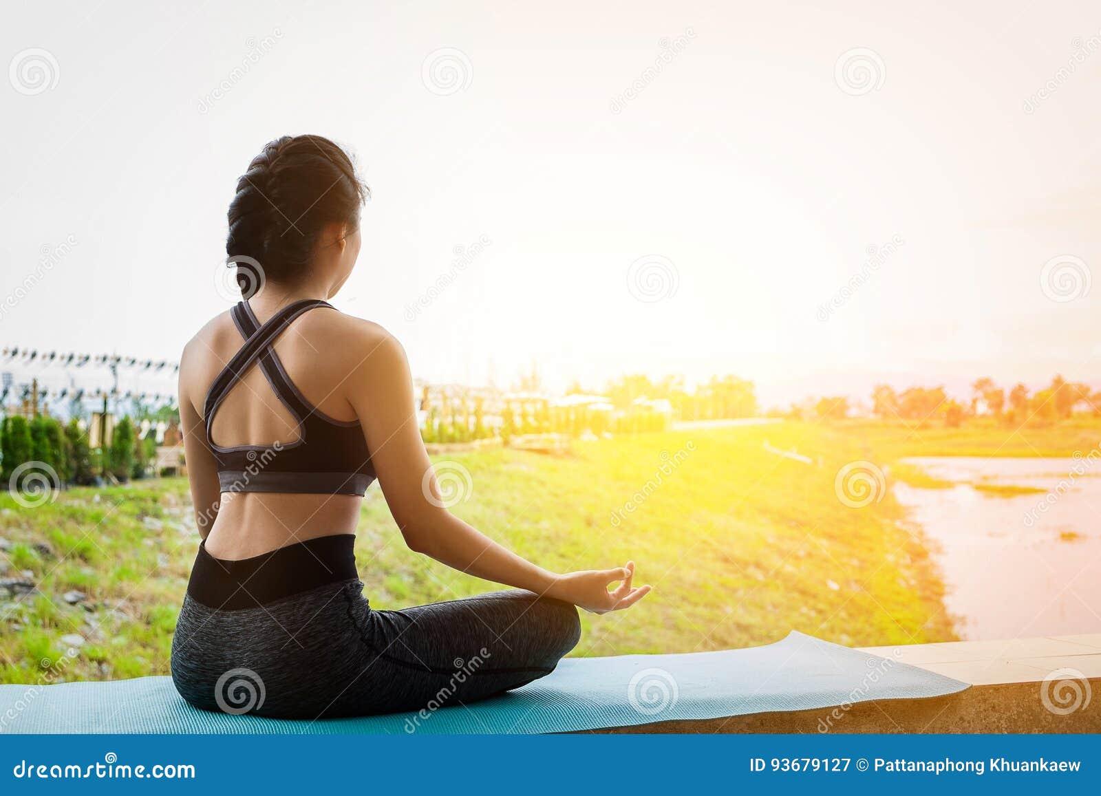 年轻在领域的健身女子实践的瑜伽,健康lifest