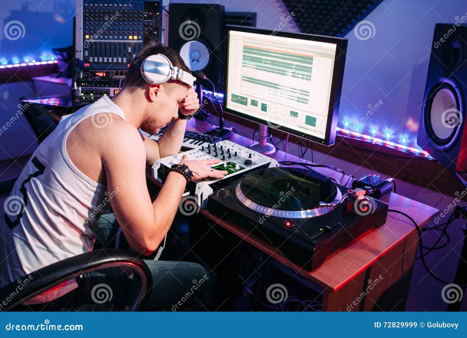在额外时间以后的疲乏的DJ在演播室
