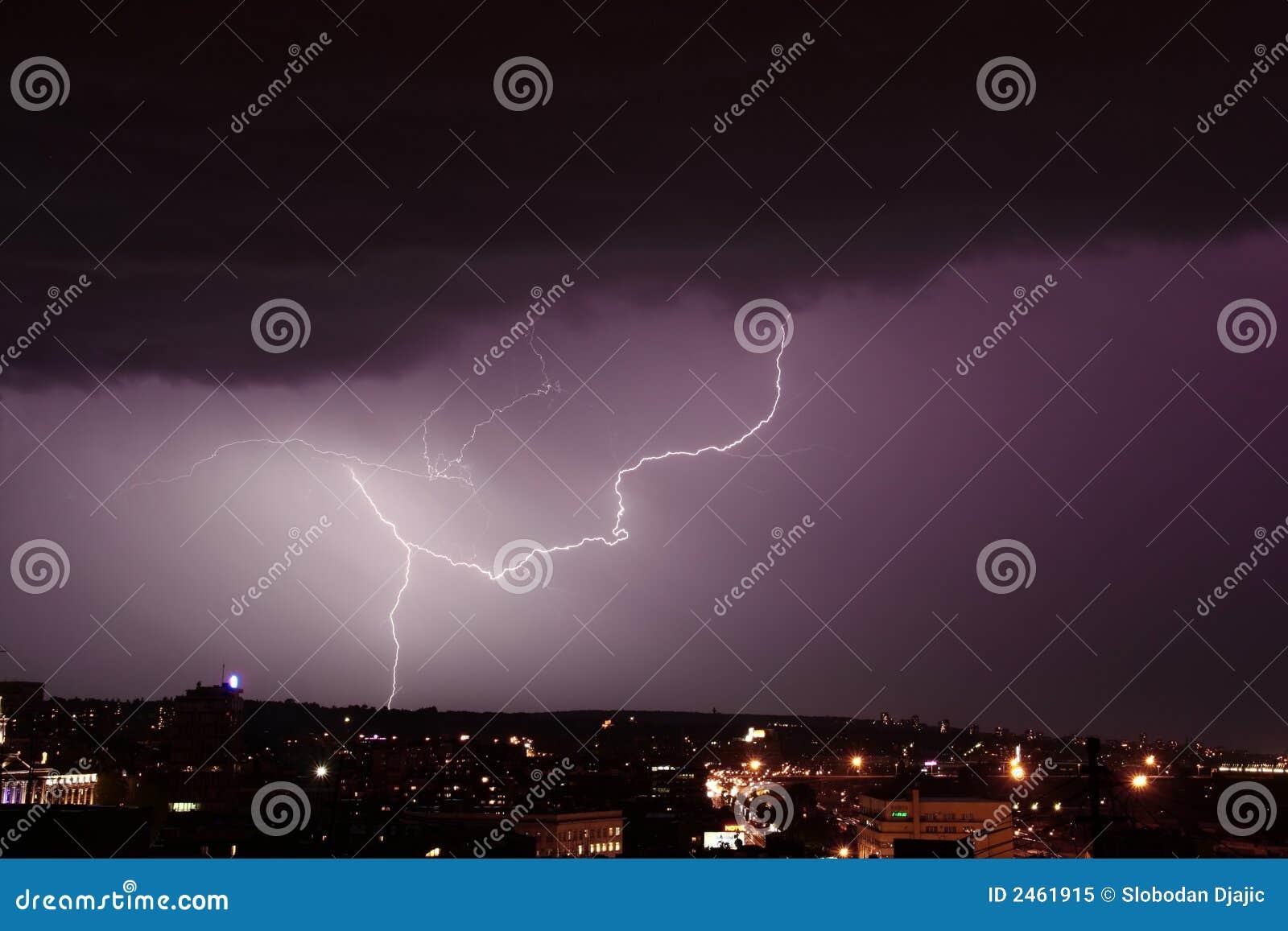 在风暴的城市闪电