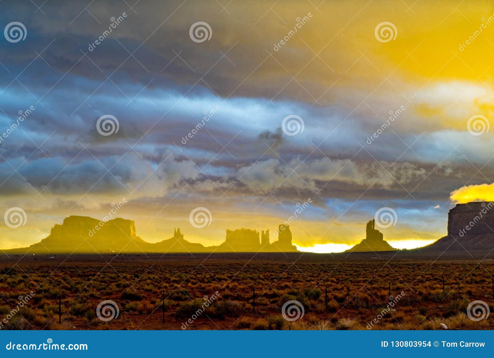 在风暴,纪念碑谷,犹他以后的日落