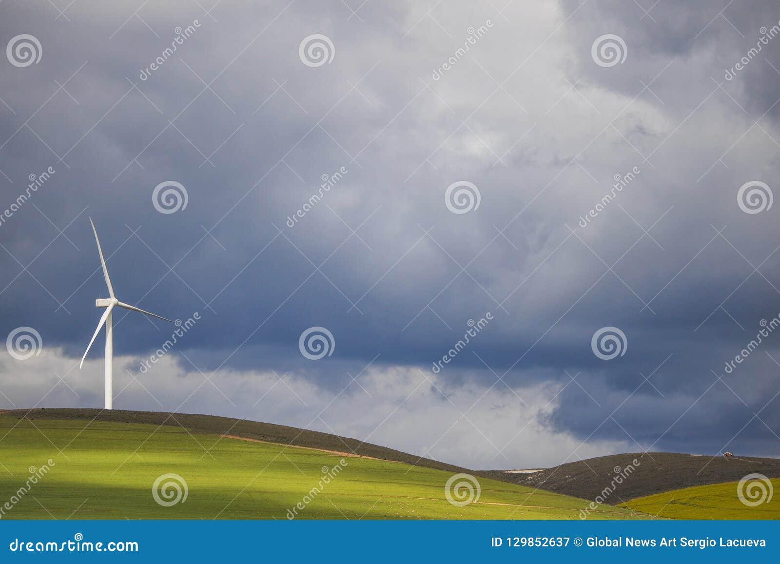 在风轮机在绿色领域-科里登,西开普省,南非的剧烈的雷暴