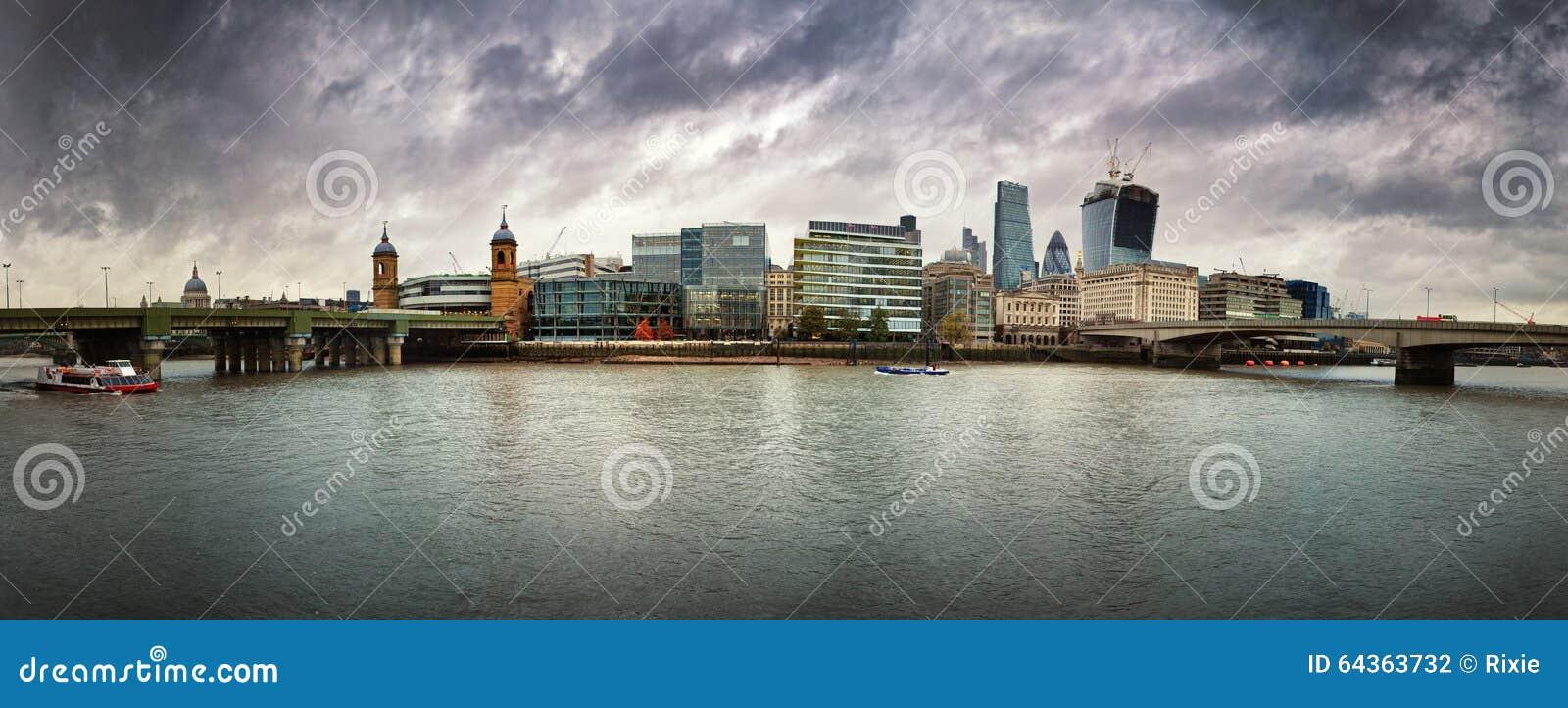 在风雨如磐的天空的伦敦