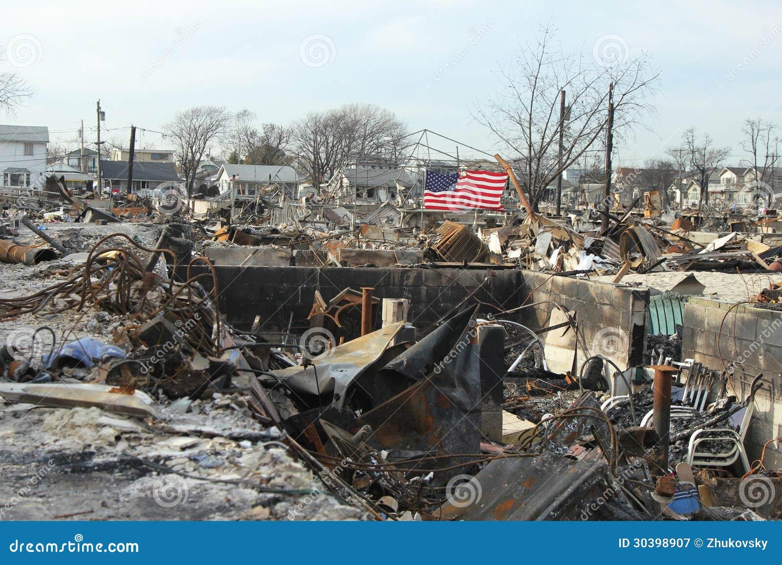 在飓风桑迪后的被烧的房子在通风点, NY
