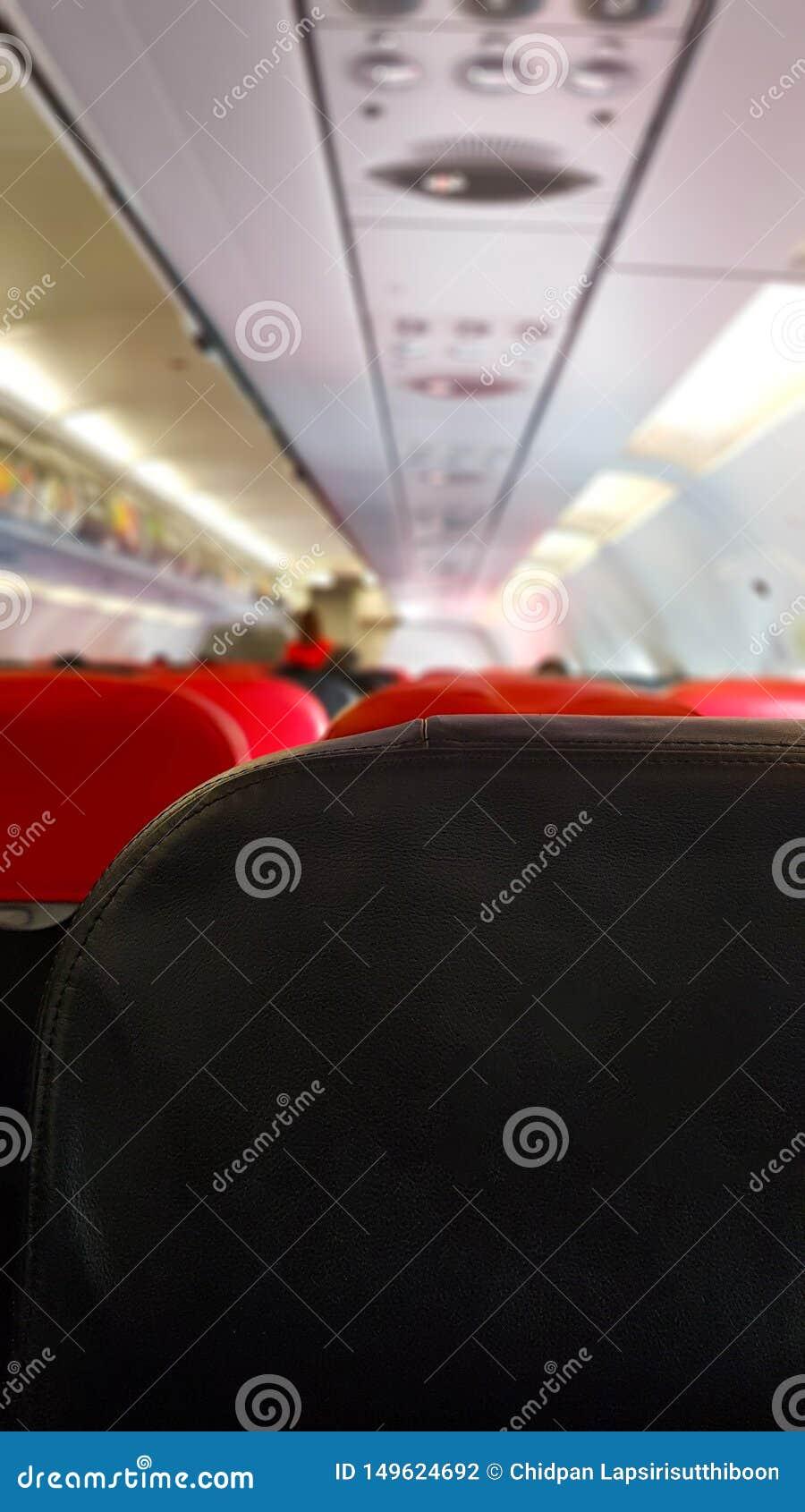 在飞机和职员的服务大气上的乘客在飞机上的