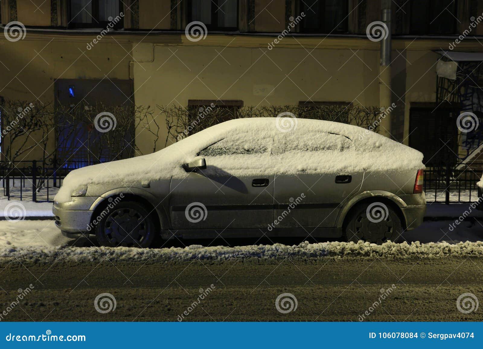 在飞雪以后的汽车