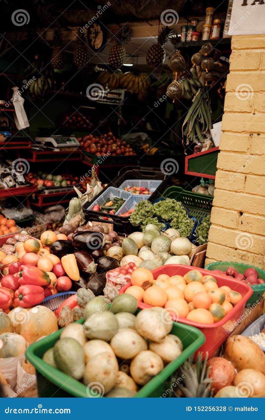 在食物市场上的一个水果摊在南美洲