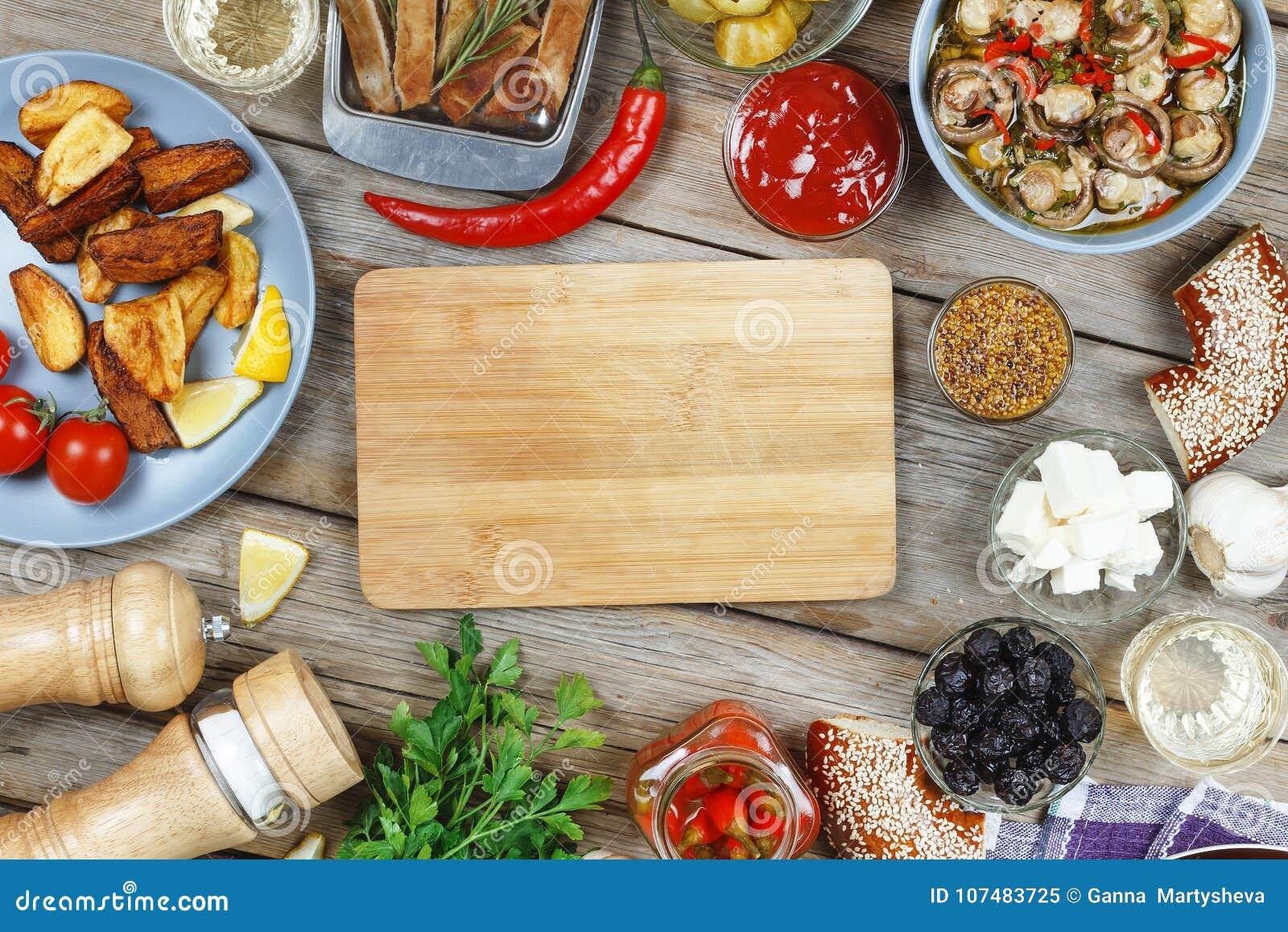 在餐桌上的肉烤肉,用第茂芥末和辣椒 美国百吉卷,酒 概念:野餐,室外党