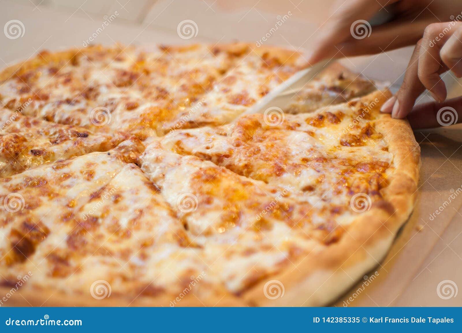 在饭桌的一整个四奶酪披萨