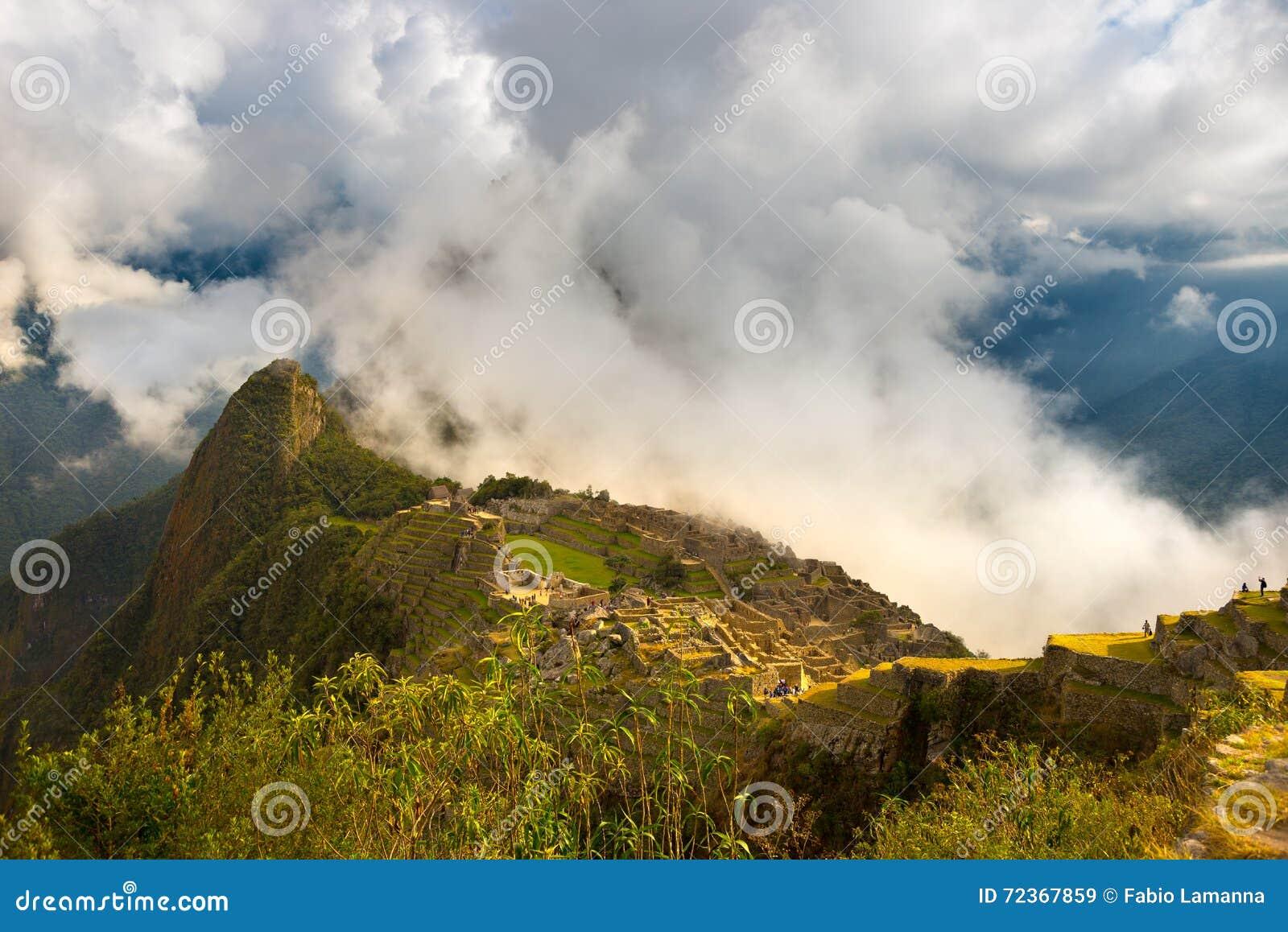 在马丘比丘的第一阳光从开头云彩