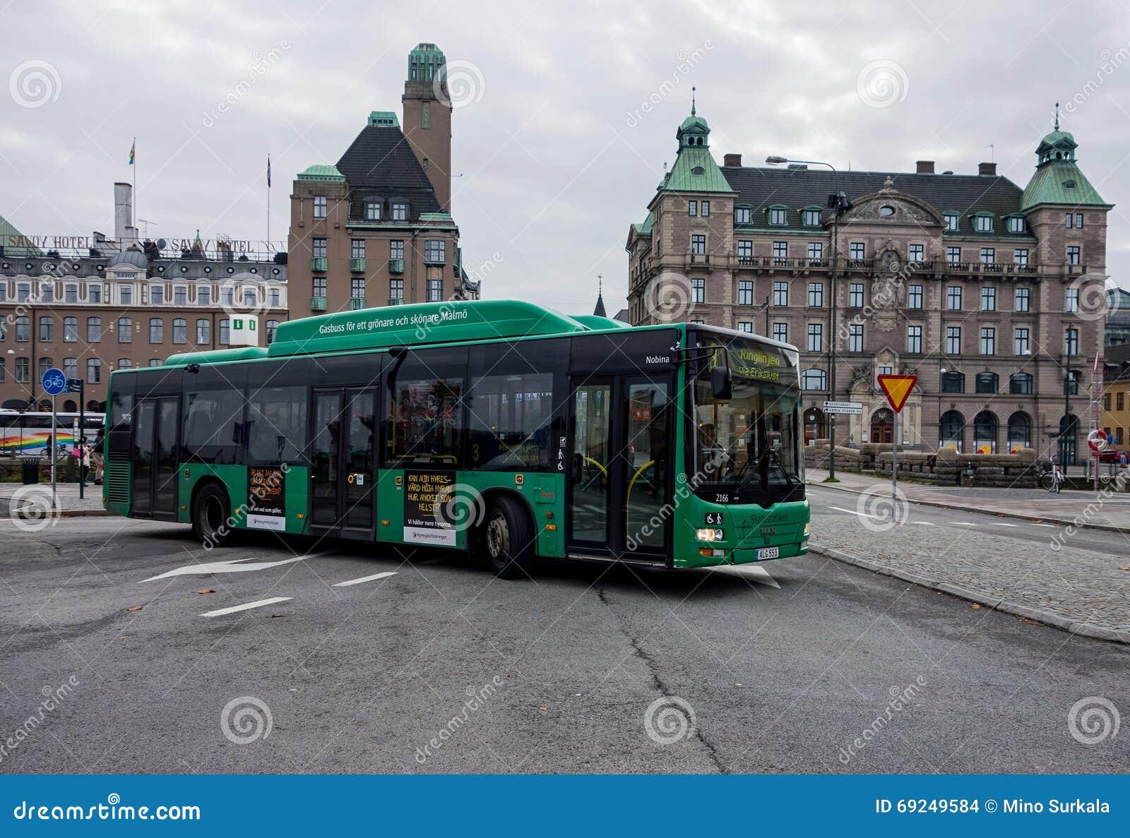 在马尔摩,瑞典供以人员狮子的城市公共汽车